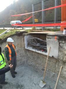 Izkop gradbene jame in rušenje stene obstoječega TK jaška. Obstoječi jaški so premajhni za vzdrževalna dela, zato so se v družbi DARS, ki je skrbnik infrastrukture odločili za sanacij kabelske kanalizacije, ki poleg vgradnje optičnih kablov zajema tudi povečanje jaškov.