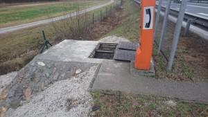 TK jašek in SOS postaja ob avtocesti; Telekomunikacijski jašek je dograjen, vgradili smo dvojni LTŽ pokrov in z naravnim kamenjem obdelali zunanje betonske stene v brežini.