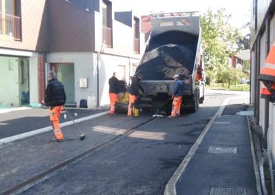 Ročno vgrajevanje asfalta na pločnikih