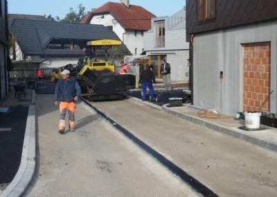Strojno vgrajevanje asfalta na voznem delu dvorišča