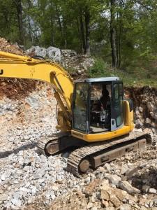 Izkop se izvaja v brežini, v kamnini pretežno IV.- V. kategorije s pikiranjem.