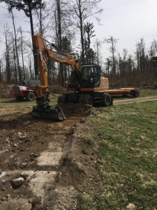 Izkop humusa v debelini 20-30 cm, ter planiranje tal. Na tem mestu se bo uredila dovozna makadamska pot do PC Mačkovec.