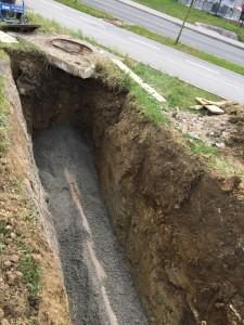 Polaganje PVC UKC SN8 kanalizacijskih cevi dim. od fi 125 mm do fi 315 mm na betonsko podlago iz betona C10/15 v debelini 10 cm, s polnim obbetoniranjem cevi. Izveden je priključek na že obstoječi jašek (stik z jaškom je zatesnjen z gumi tesnilom).