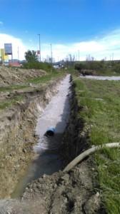 Črpanje meteorne vode s potopnimi črpalkami iz jarka ob Reški csti v kmetijskem zemljišču na trasi VH Sovič - RO Zalog