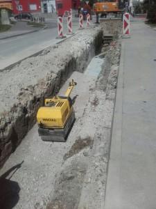 cesta-na-kremenco-krizisce-ulice-1-maja-zasipavanje-jarka-in-utrjevanje-v-plasteh