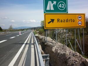 Lokacija: Cestninski portal Razdrto razcep Nanos - izkop gradbene jame za PEHD fi 50 mm