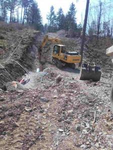 Izkop v strm teren za izgradnjo vodovoda se izvaja v zemljini V. kategorije