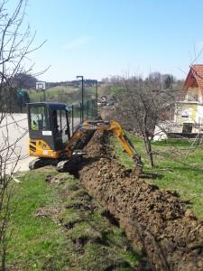 Izkop gradbenega jarka za vgradnjo TK kanalizacije v katero bo uvlečen optični kabel