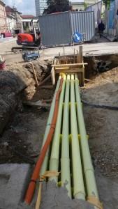 Izvedba nove 20 cevne telekomunikacijske kanalizacije s trdimi PVC cevmi.