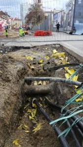 """Križanje TK kanalizacije na Gosposvedski cesti; Obstoječe telekomunikacijske kable bo potrebno zaščititi z novimi PVC rumenimi cevmi. (Pogled v smeri stolpnice """"Metalka"""")"""